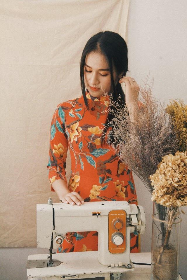 Chiếc áo dài được lấy cảm hứng từ thiết kế những năm 1960. Thời điểm đó áo dài bắt đầu có sự thay đổi mạnh mẽ về kiểu dáng và hoạ tiết, sự tư duy về thời trang áo dài dần cởi mở hơn và các nhà thiết kế dám thử nghiệm nhiều kiểu dáng áo đa dạng.