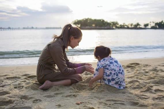 Ngày 10/9, Hannah - vợ của Châu Kiệt Luân đăng tải hình ảnh cô và con gái đang ngồi nghịch cát trên một bờ biển. Hai mẹ con Hannah trông thật đáng yêu và gần gũi.