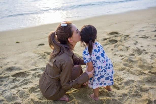 Hannah rất hay đăng tải hình ảnh của gia đình trên trang cá nhân nhưng cô luôn cố tránh để lộ mặt các con. Hannah kết hôn với Châu Kiệt Luân sau vài năm hò hẹn. Cặp đôi tổ chức đám cưới hoành tráng vào năm 2015 tại ba địa điểm gồm Anh, Úc và Đài Loan.