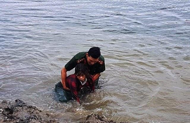 Chị Thanh may mắn được Đại úy Phạm Ngọc Thế phát hiện và ứng cứu kịp thời