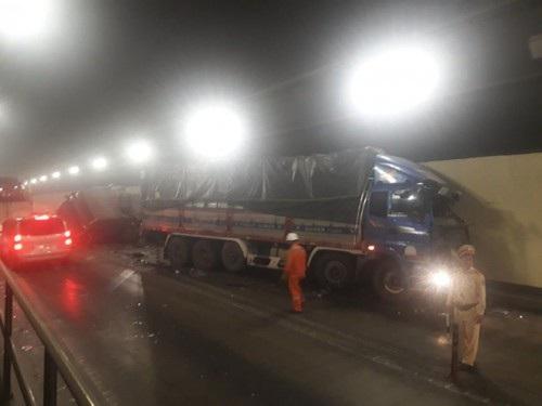 Lưu thông qua hầm Hải Vân bị ách tắc nhiều giờ liền do vụ tai nạn