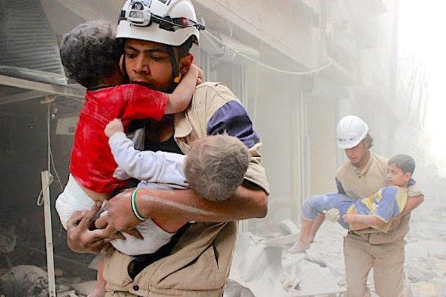 Trẻ em Syria được sơ tán sau các cuộc không kích (Ảnh: Sputnik)