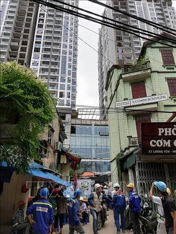 Công nhân một dự án cao tầng tại phố Lương Yên, Hà Nội hoảng loạn trước rung lắc của động đất.