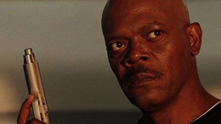 """Có một sự thật khá hài hước là Samuel L. Jackson đã muốn tham gia """"Snakes on a Plane"""" (2006) chỉ vì thích nhan đề của bộ phim. Chính vì vậy, Samuel L. Jackson đã kiên quyết phản đối khi đoàn phim có ý định đổi tên thành """"Pacific flight 121"""". Ngoài ra, nam tài tử còn muốn thêm vào nhiều lời thoại chửi thề giật gân và các cảnh nghiện ngập. Yêu cầu này thực sự làm khó nhà sản xuất vì ban đầu, bộ phim chỉ định gắn mác 13+ và cuối cùng, để chiều lòng Samuel L. Jackson, kịch bản phim cũng đã phải phát triển theo chiều hướng """"người lớn"""" hơn."""