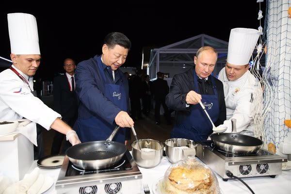Hai nhà lãnh đạo Nga, Trung Quốc trổ tài làm bánh. (Ảnh: Twitter/ Dimsmirnov175)