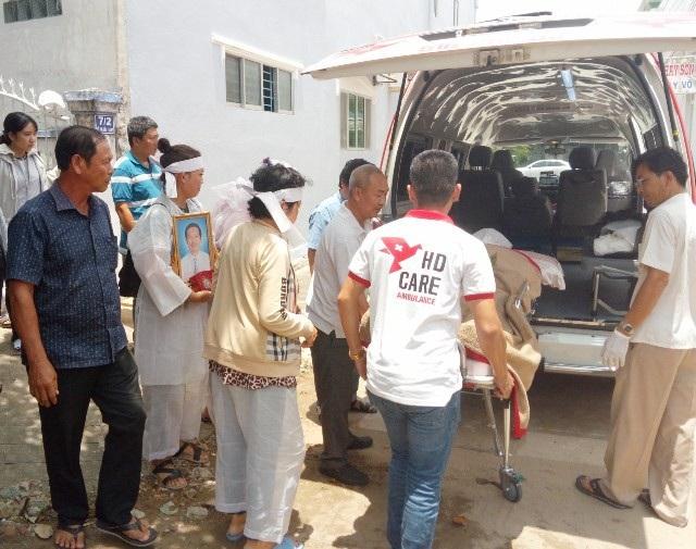 Rất đông người thân, bạn bè đến đưa anh Trần Anh Tuấn về trường Đại học theo nguyện vọng hiến xác cho y học của anh.