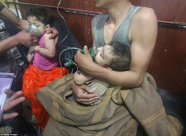 Những em nhỏ thở bằng bình oxy sau một vụ tấn công được cho là bằng vũ khí hóa học tại thị trấn Douma gần thủ đô Damascus của Syria hôm 7/4 (Ảnh: Getty)
