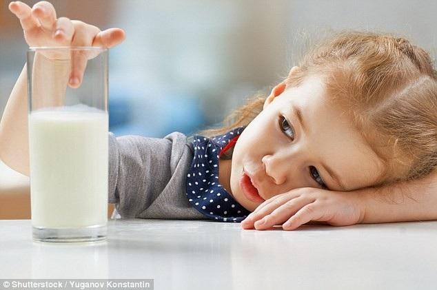 Uống sữa không làm cho phổi tiết nhiều chất nhầy hơn, và các nhà khoa học cảnh báo không nên cắt khẩu phần sữa của trẻ vì đó là nguồn năng lượng, canxi, vitamin và khoáng chất quan trọng.