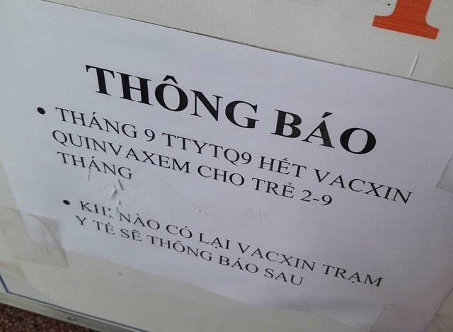 Tại nhiều điểm tiêm chủng ở TP Hồ Chí Minh thông báo hết vắc xin Quivaxem 5 trong 1 tiêm cho trẻ và chưa có vắc xin thay thế. Ảnh: Vân Sơn.