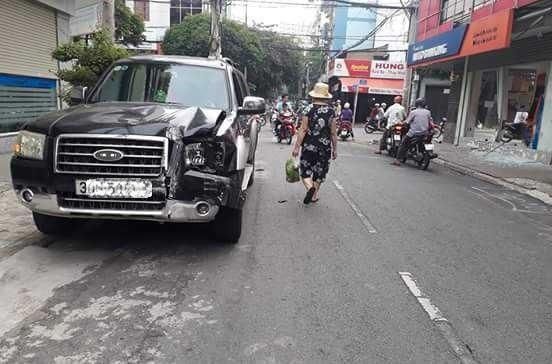Chiếc ô tô được đưa trở lại hiện trường sau đó.