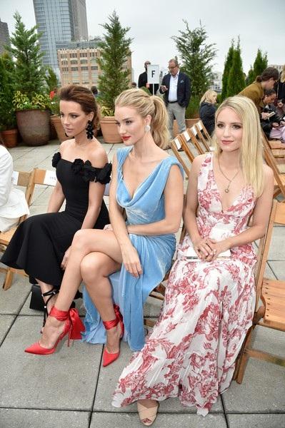Kate Beckinsale, Rosie Huntington-Whiteley và Dianna Agron ngồi trên hàng ghế VIP xem show diễn này.