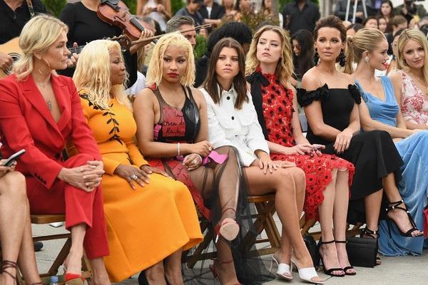 Yolanda Hadid (ngoài cùng bên trái) tới cổ vũ 2 con gái, bà ngồi cạnh Carol Maraj, Nicki Minaj, Sofia Richie, Amber Heard, Kate Beckinsale, Rosie Huntington-Whiteley và Dianna Agron