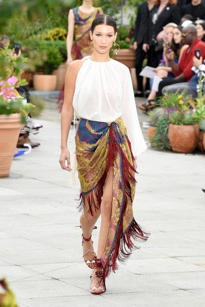 Bella Hadid trình diễn cho Oscar De La Renta tại New York Fashion Week