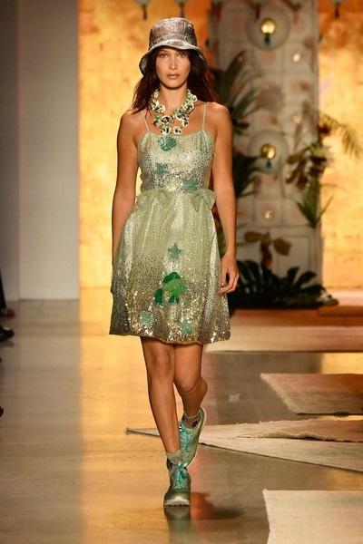Bella Hadid rất bận rộn tại tuần lễ thời trang New York năm nay, trong ảnh cô trình diễn cho nhãn hiệu Anna Sui
