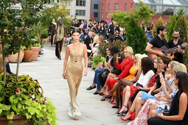 Người đẹp cao 1,74m quyến rũ trong bộ váy nhũ bạc