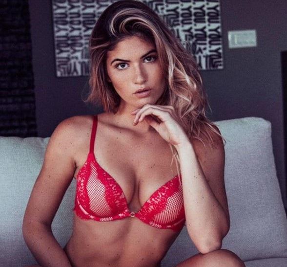 Shauna Sexton có hơn 58 nghìn người theo dõi trên mạng xã hội Instagram. Cô thường xuyên đăng tải những hình ảnh gợi cảm của mình trong trang phục áo tắm hoặc đồ lót trên trang cá nhân.