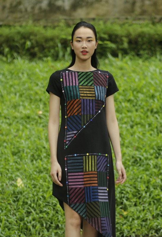 Sở trường của Chu La là những gam màu tương phản rực rỡ nay lại đối nghịch một cách thuyết phục bởi nhũng hoa văn hình học trừu tượng in tay theo phương pháp in gỗ thủ công truyền thống của Việt Nam.