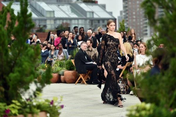 Gigi Hadid sang trọng với váy hoa đen