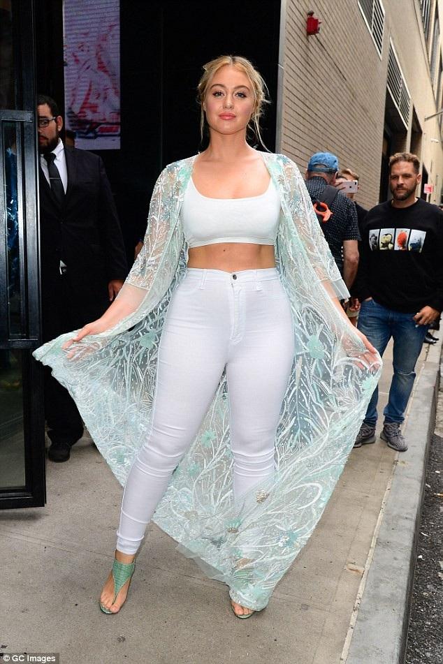 Iskra Lawrence tới xem show diễn của Naeem Khan tại tuần lễ thời trang New York