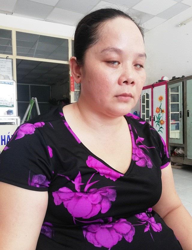 Chị Đặng Thị Hồng Anh bị mù lúc 7 tuổi sau một cơn bạo bệnh. Chị đã phải trải qua nhiều đau khổ trong cuộc sống, khi chồng sớm bỏ mẹ con chị mà đi mất tăm.