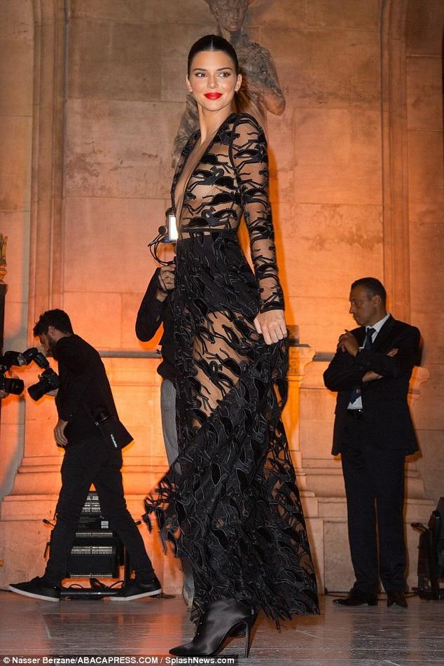 Em cô Kim diện váy xuyên thấu táo bạo
