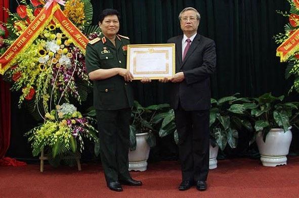 Thường trực Ban Bí thư – ông Trần Quốc Vượng trao Huy hiệu 45 năm tuổi Đảng tặng Đại tướng Ngô Xuân Lịch.