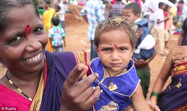 Những người dân làng Kandkoor thờ phụng thần Bò cạp bằng cách để bò cạp bò lên cơ thể mình, ngay cả trẻ em cũng tham gia nghi lễ này.