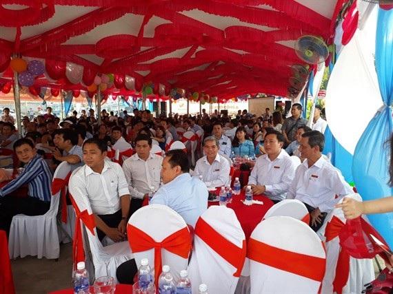 Đông đảo người dân, khách hàng đối tác của Cty Phú Hồng Thịnh tham dự buổi lễ động thổ