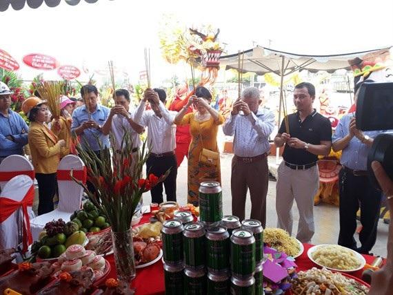 Lãnh đạo Cty Phú Hồng Thịnh cùng khách mời thực hiện nghi thức trước khi tiến hành động thổ hai dự án Phú Hồng Khang, Phú Hồng Đạt