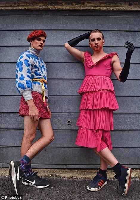 Hai người đàn ông trong trang phục nữ giới trên đường phố.