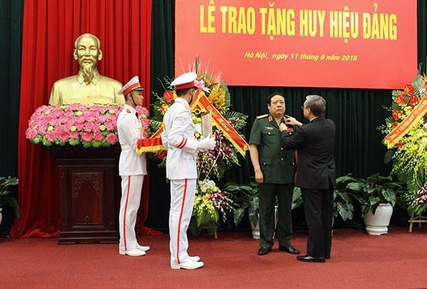 Đại tướng Phùng Quang Thanh đón nhận Huy hiệu 50 năm tuổi Đảng.