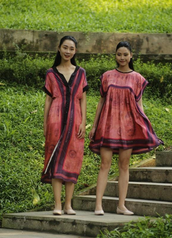 Công chúng dành những tràng pháo tay không ngớt khi người mẫu Trà My Next Top, Top 5 Hoa hậu Việt Nam Đào Hà,… cùng hàng loạt chân dài của làng mốt bước đi trong những bộ đầm bằng lụa bay bổng.