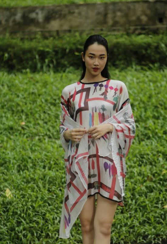 Sắc màu tươi sáng rực rỡ trên vẻ mịn màng của lụa đã làm cho BST trở nên sinh động, nữ tính hơn và những kiểu dáng tối giản phối hợp với những chiếc khăn lụa đã tạo ra một bản tình ca mùa xuân hè đáng nhớ.