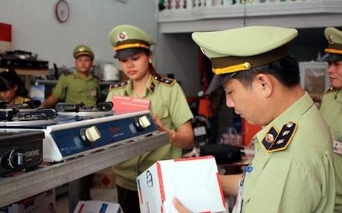 Lực lượng quản lý thị trường đi kiểm tra hành hóa (Ảnh minh họa/Dân Việt)