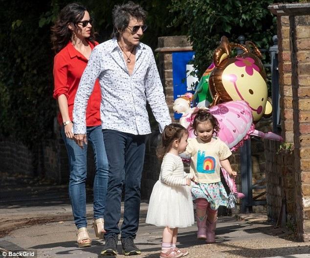 Ronnie Wood cùng vợ trẻ và 2 con gái nhỏ đi dự tiệc sinh nhật ở London ngày 11/9 vừa qua