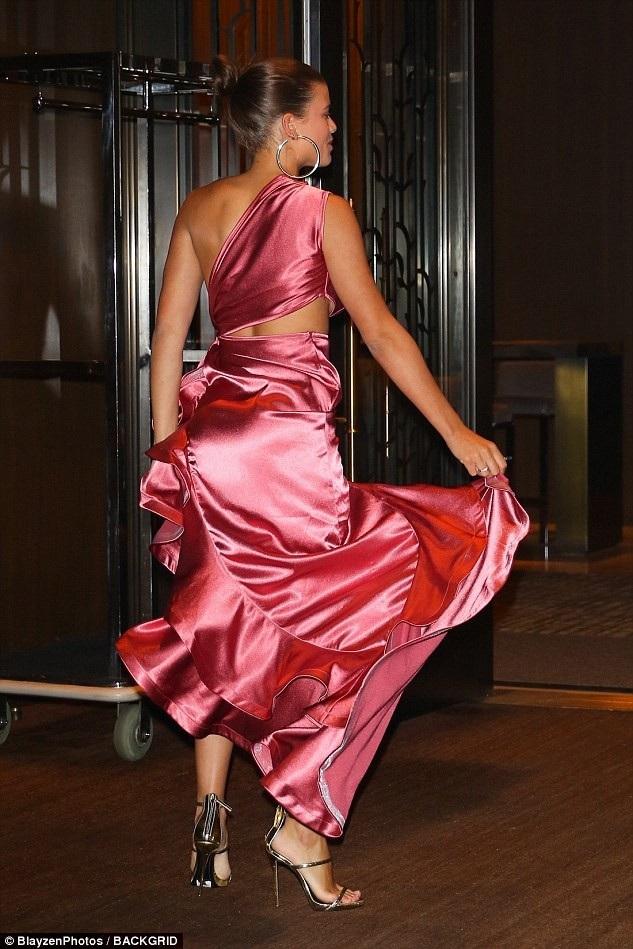 Bộ váy với lớp bèo nhún quyến rũ