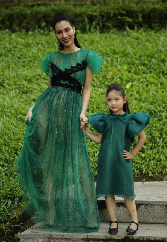 Chọn gam màu xanh lá cây làm chủ đạo cho những thiết kế của mình. Với chất liệu voan và lưới, Trần Thanh Mẫn đã bổ sung thêm một nét mới cho Xuân hè 2019 đó chính là nét thanh xuân trong dáng vẻ cổ điển.