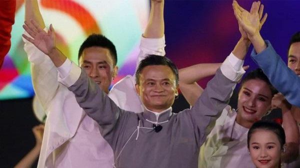 Jack Ma vẫy chào khán giả tại lễ bế mạc Đại hội Thể thao châu Á (Asian Games) lần thứ 18 tại Jakarta, Indonsia - Ảnh: AP/SCMP.