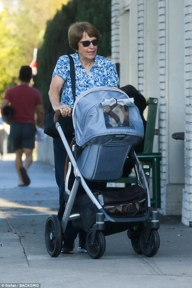 Mẹ Rachel McAdams hạnh phúc đẩy cháu trai cưng đi dạo phố