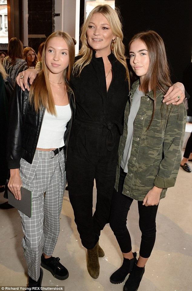 Kate Moss (giữa) và con gái duy nhất (bên trái)