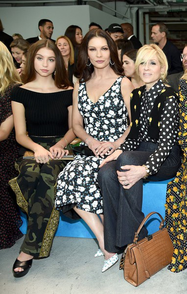 """Catherine Zeta-Jones thì nói về con gái: """"Con bé có phong cách riêng của mình, nó hiện đại nhưng phù hợp với lứa tuổi. Tôi không bao giờ phải nói với Carys rằng con đang mặc thứ không phù hợp. Khi con bé nói, Mẹ ơi, con thực sự thích bộ áo liền quần này, tôi đã hỏi con liệu nó có hơi quá dài và con bé đáp: Mẹ là người mẹ duy nhất trên thế giới có thể nói với một cô gái 15 tuổi rằng bộ đồ nên ngắn hơn."""
