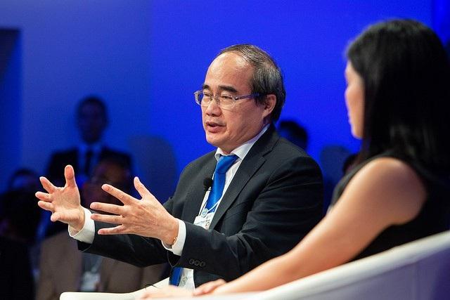 Tại phiên thảo luận, ông Nguyễn Thiện Nhân đã trao đổi về các vấn đề như tắc đường, đô thị thông minh cho thành phố Hồ Chí Minh.