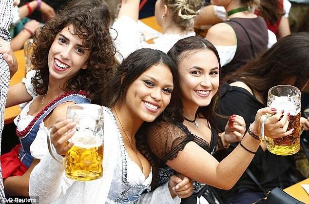 Nhiều người dân Đức phàn nàn du khách tới lễ hội ăn mặc ngày càng táo bạo