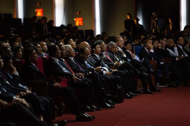Các nhà lãnh đạo và các đại biểu theo dõi phiên khai mạc toàn thể WEF về chủ đề Những ưu tiên của ASEAN trong Cách mạng công nghiệp 4.0.