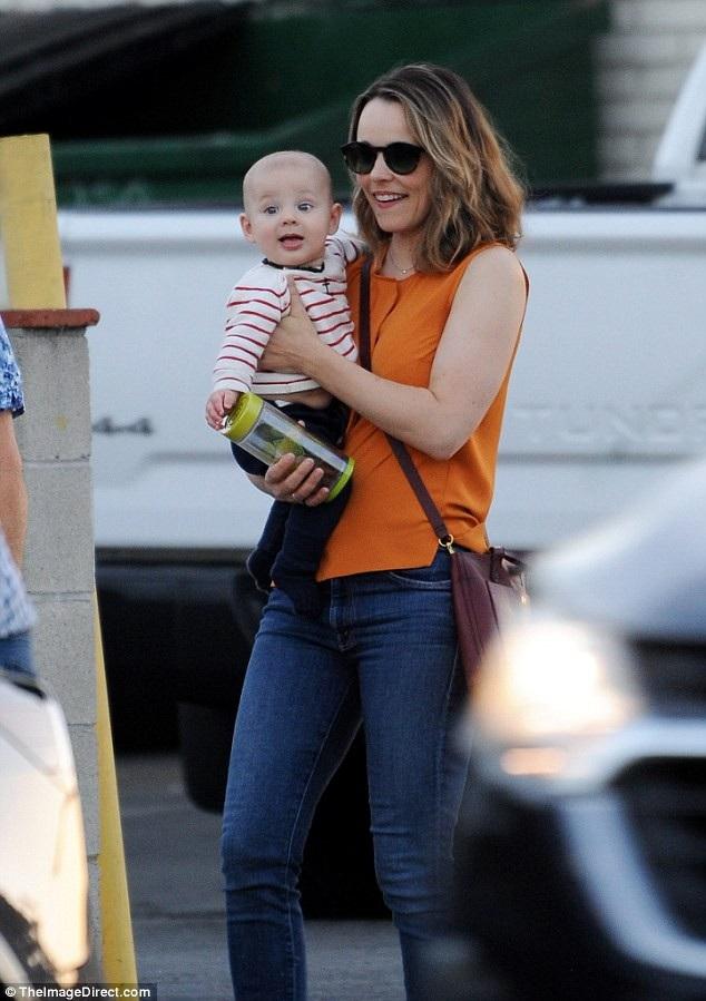 Rachel McAdams đưa con trai nhỏ đi dạo trên đường phố Los Angeles ngày 12/9 vừa qua