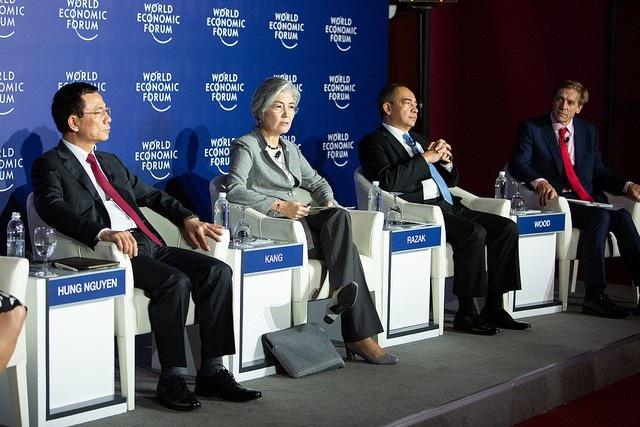 Quyền Bộ trưởng Bộ Thông tin và Truyền thông Nguyễn Mạnh Hùng (trái), Bộ trưởng Ngoại giao Hàn Quốc Kang Kyung-wha (giữa) và các diễn giả trong cuộc họp báo tại WEF ngày 12/9.
