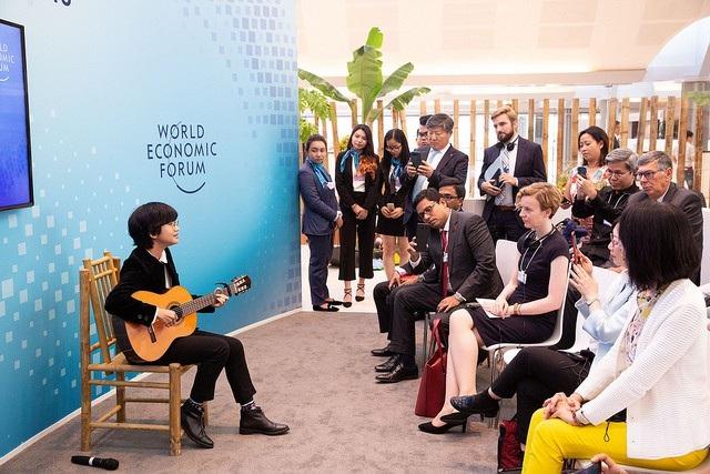 Ca sĩ trẻ Lê Cát Trọng Lý trình diễn trước các khán giả quốc tế bên lề WEF ASEAN.