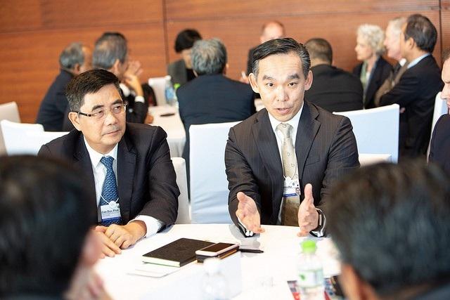 Phó Trưởng Ban thường trực Ban Kinh tế Trung ương Cao Đức Phát (trái) tham dự một phiên trao đổi về các lĩnh vực năng lượng mới cho ASEAN.