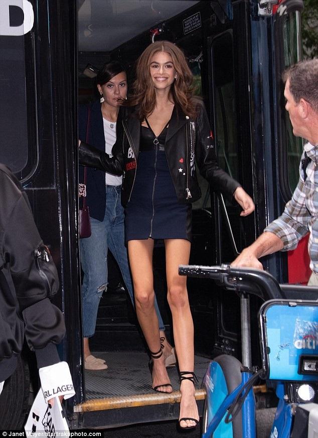Người mẫu 17 tuổi khoe dáng thon, chân dài và vẻ đẹp tươi trẻ