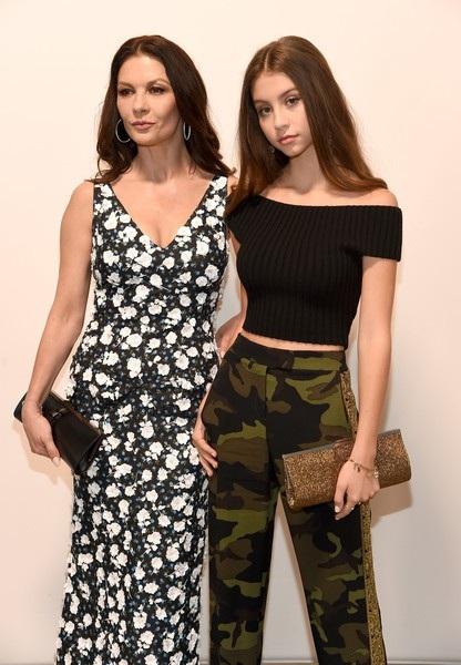 Catherine Zeta-Jones đưa con gái 15 tuổi Carys đi xem show diễn của NTK Michael Kors tại New York ngày 12/9 vừa qua